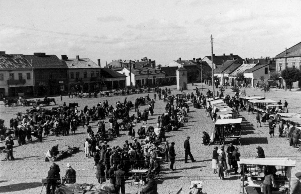 Plac targowy w Końskich na zdjęciu z 1943 roku (domena publiczna).