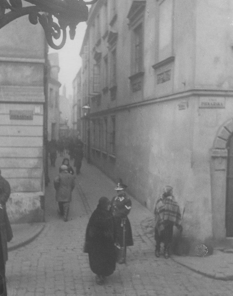 Warszawski policjant patrolujący ulice (domena publiczna).
