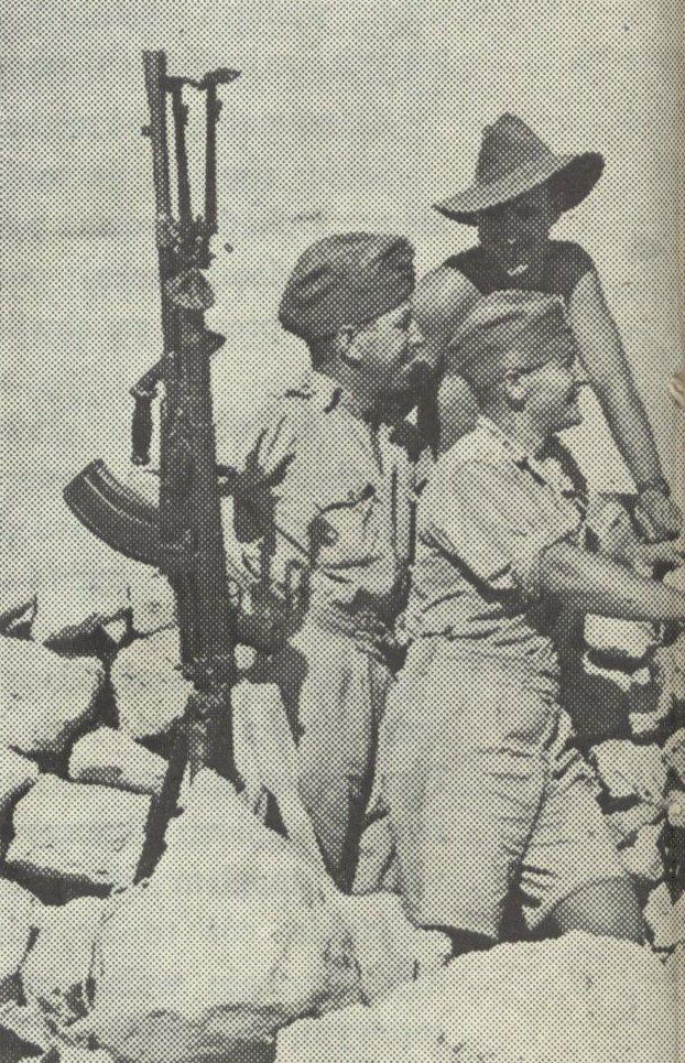 Polscy i australijscy żołnierze w trakcie obrony Tobruku (domena publiczna).