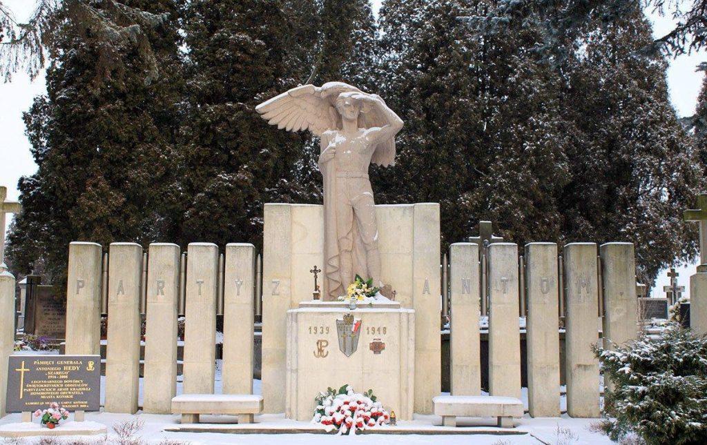 """Pomnik Partyzantom na cmentarzu w Końskich. Spoczywa tam między innymi Waldemar Szwiec """"Robot"""" (bonczek_hydroforgroup/CC BY-SA 2.0)."""