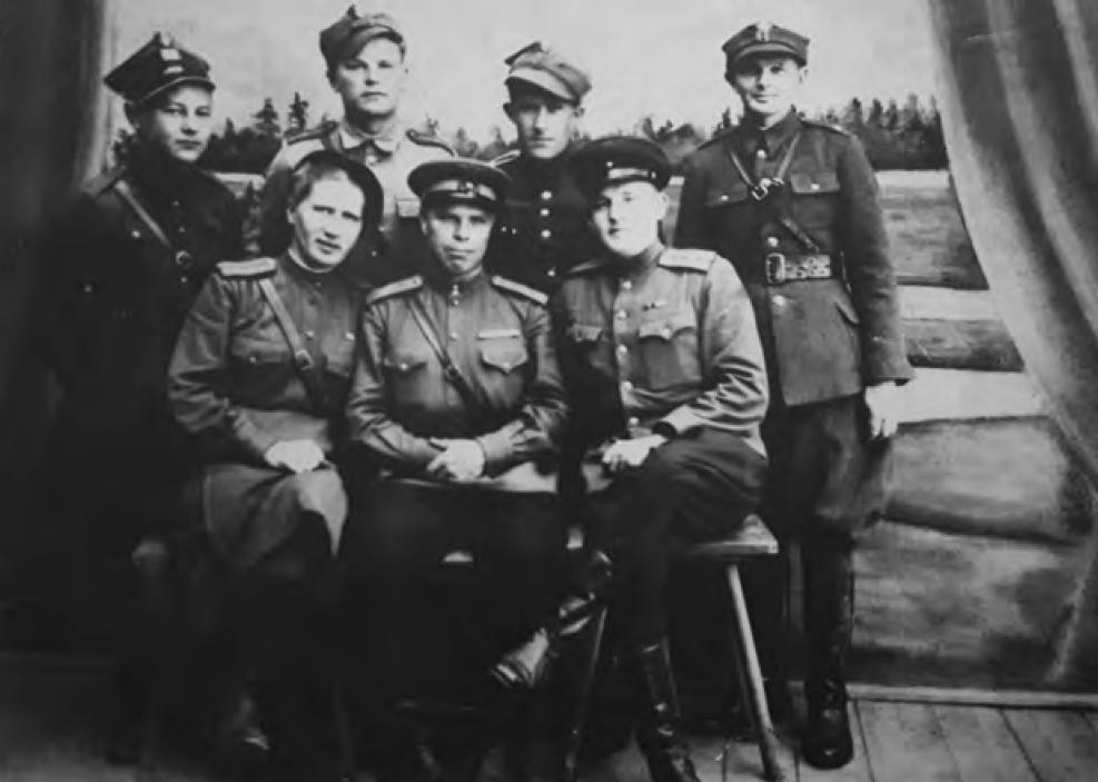 Pracownicy PUBP w Augustowie, pierwsi sowietnicy, 9 maja 1945 roku. Zdjęcie i podpis z książki Teresy Kaczorowskiej pod tytułem Było ich 27  (Fundacja Historia i Kultura 2020).