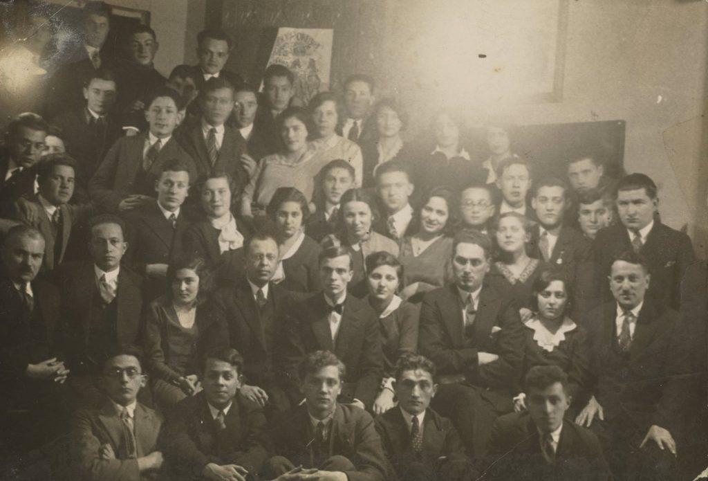 Również przed wojną narzekano na poziom maturzystów. Na zdjęciu uczniowie jednego z wileńskich gimnazjów na sto dni przed maturą (domena publiczna).