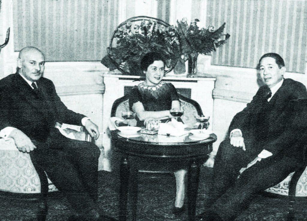 Sowieci nawiązali relacje dyplomatyczne z Rumunami dopiero w 1934 roku. Na zdjęciu pierwszy od lewej ambasador  Michaił Ostrowski (domena publiczna).