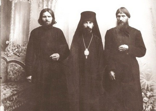 Rasputin (pierwszy od prawej) na zdjęciu 1909 roku (domena publiczna).