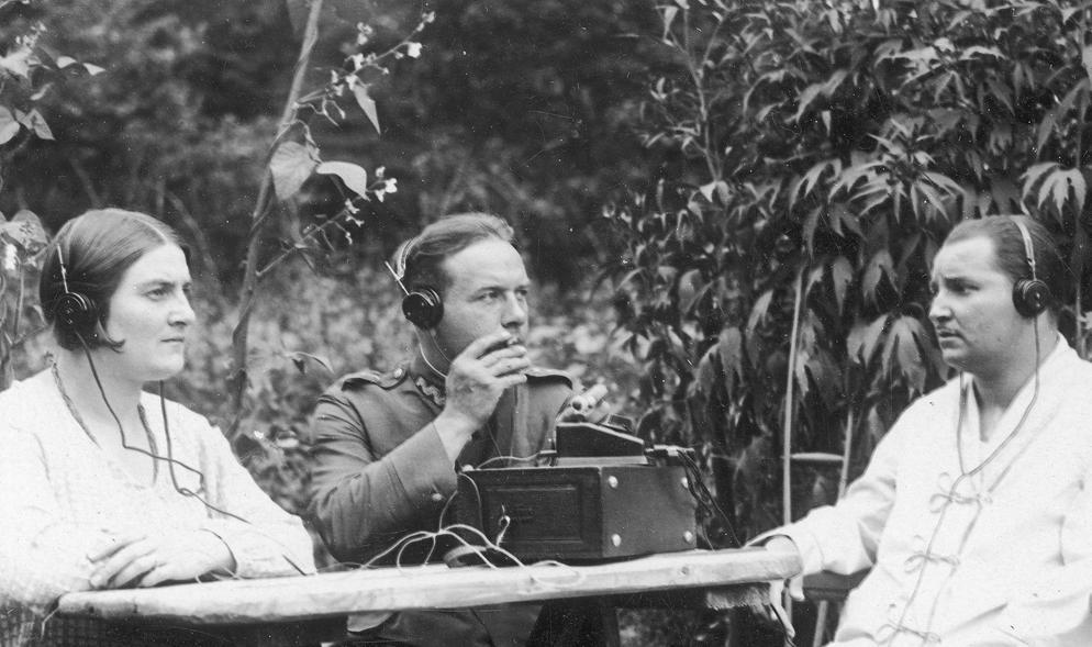 Chcąc przed wojną słuchać radia trzeba było co miesiąc wysupłać równowartość 30 obecnych złotych (domena publiczna).