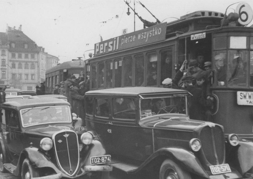Warszawiaków, których nie było stać na samochód musieli tłoczyć się w tramwajach (domena publiczna).