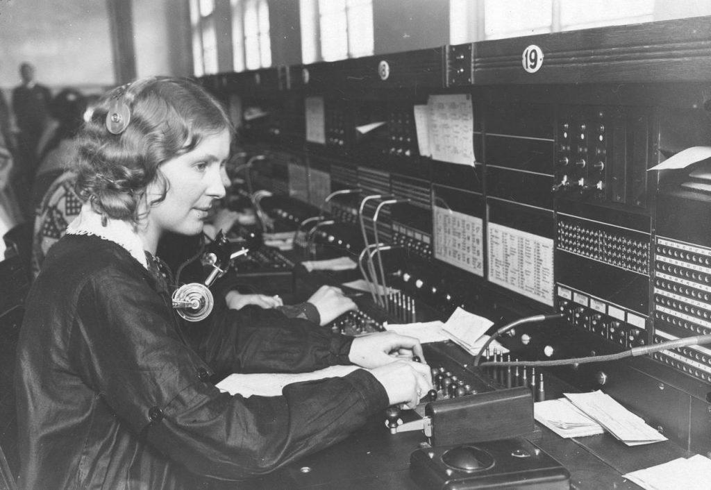 Telefonistka podczas pracy. Zdjęcie z lat 30 (domena publiczna).