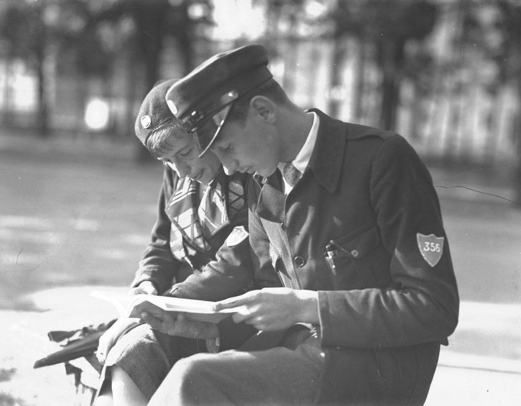 Uczeń i uczennica gimnazjum w mundurkach szkolnych. Rok 1933.