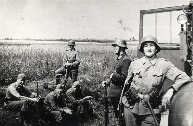 Uśmiechnięci niemieccy żandarmi na zdjęciu z 1943 roku, tuż przed pacyfikacją jednej z polskich wsi (domena publiczna).