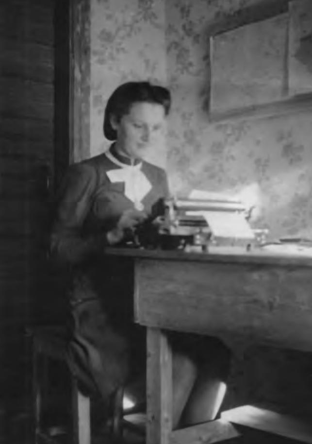 Zyta Kucharzewska na fotografii wykonanej w czasie niemieckiej okupacji. Zdjęcie z książki Teresy Kaczorowskiej pod tytułem Było ich 27 (Fundacja Historia i Kultura 2020).