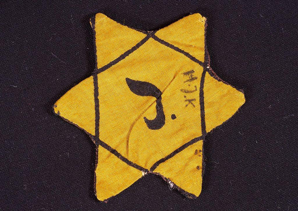 Żółta Gwiazda Dawida, którą nosili belgijscy Żydzi w czasie okupacji (DRG-fan/CC BY-SA 4.0).
