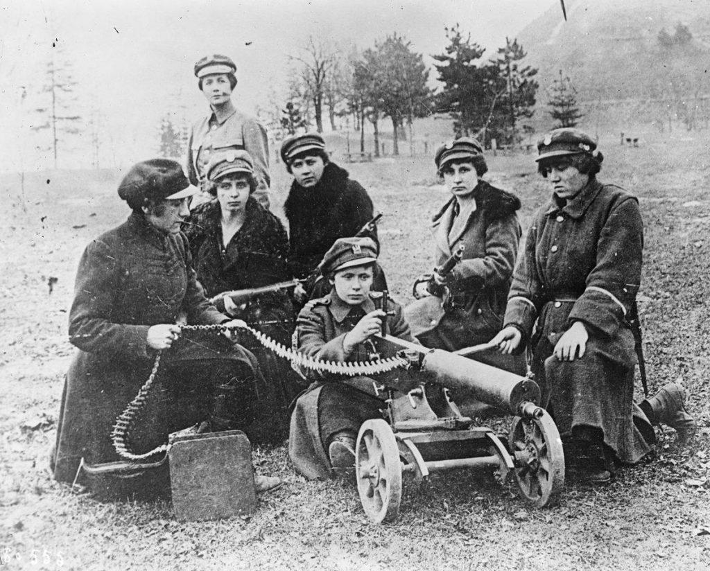 Żołnierki Ochotniczej Legi Kobiet na zdjęciu z 1920 roku (domena publiczna).