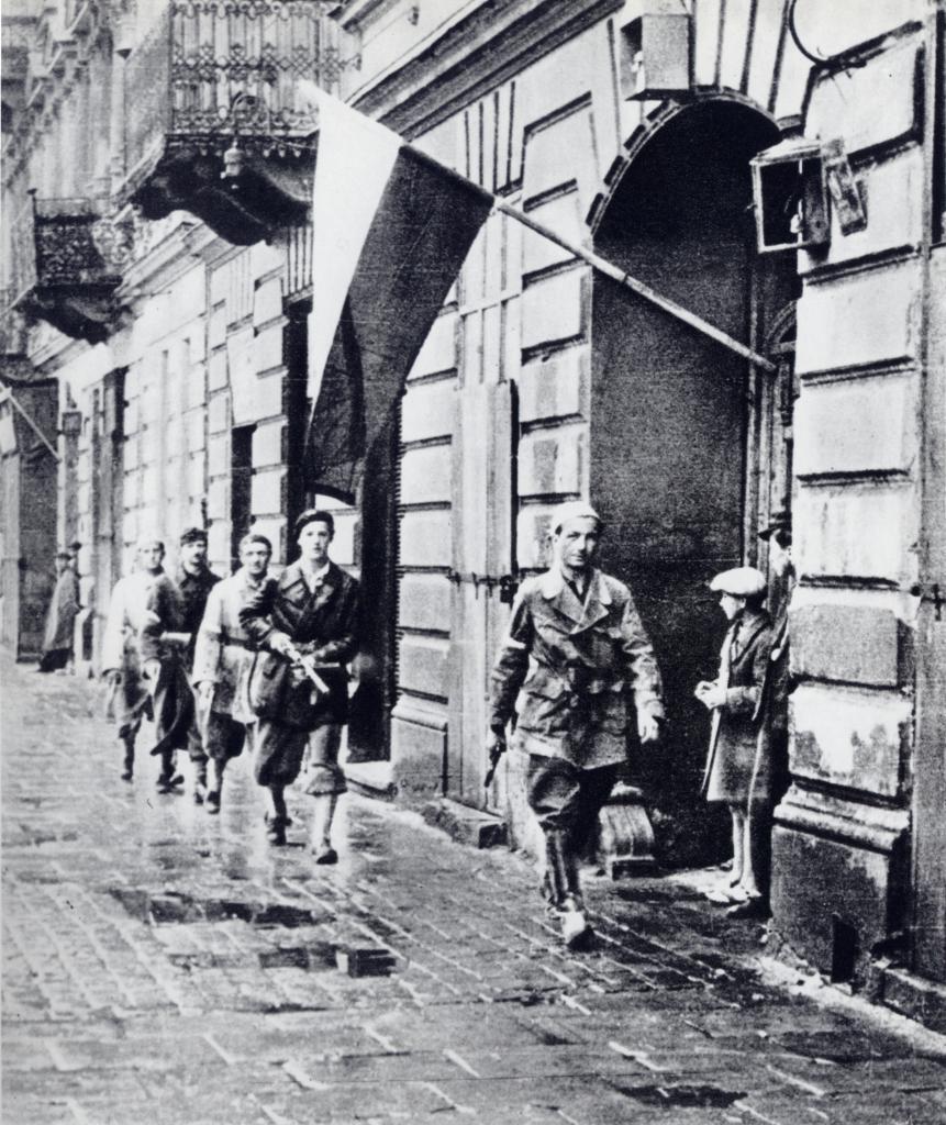 Mężczyźni ruszający do walki założyli adekwatne ku temu stroje, kobiety nie miały takiej możliwości (Stefan Bałuk/domena publiczna).