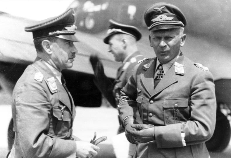 Dowodzący atakiem na Geurnikę Wolfram von Richthofen (po prawej) już jako generał na zdjęciu z 1942 roku (Bundesarchiv/Briecke/CC-BY-SA 3.0).