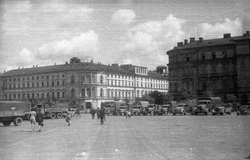 Ewakuacja niemieckich archiwów z Warszawy. Lipiec 1944 roku (Stefan Bałuk/domena publiczna).