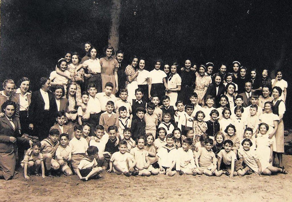 Geertruuide Wijsmuller-Meijer (stoi trzecia od lewej w ciemnym kostiumie) i jej podopieczni. Zdjęcie z 1940 roku (Overwijsmuller/CC BY-SA 4.0).