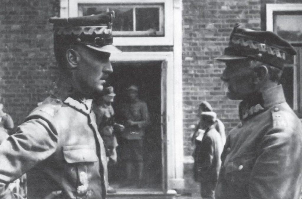 Generał Sikorski (z lewej) rozmawia z dowódcą 17. DP gen. Aleksandrem Osińskim. To właśnie od zdobył Nasielsk