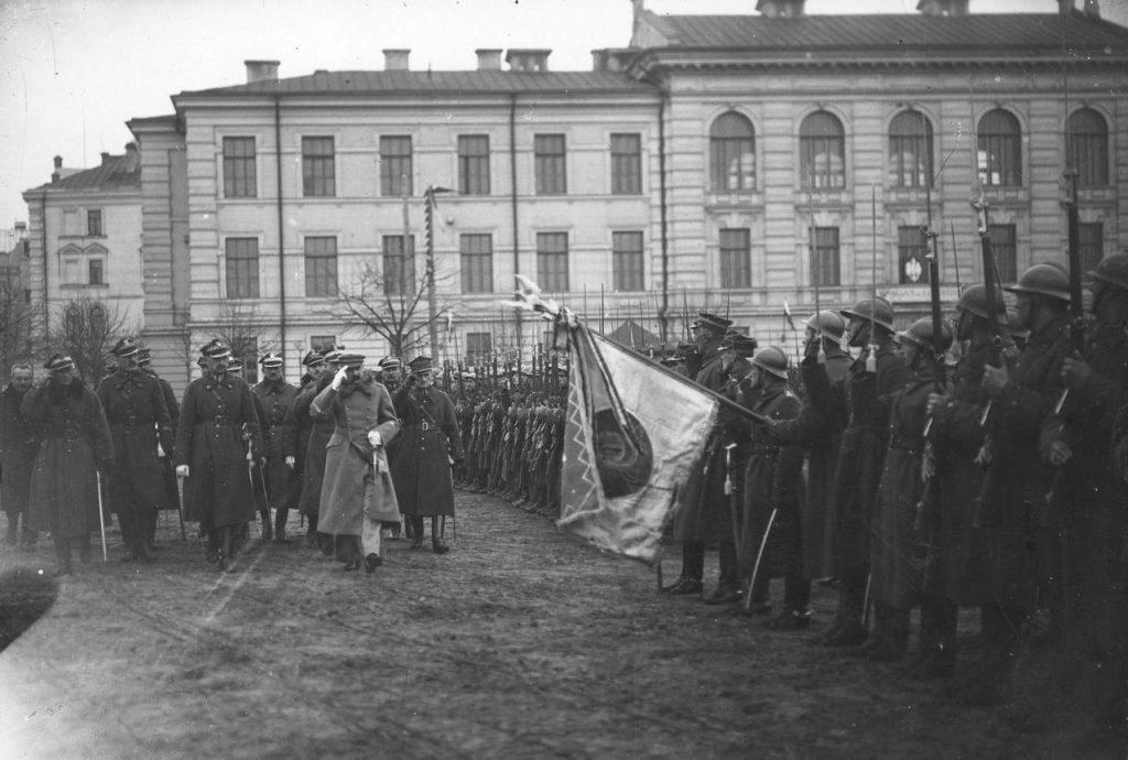 Józf Piłsudski dokonuje przeglądu wojska w zajętym Wilnie. Kwiecień 1919 (domena publiczna).