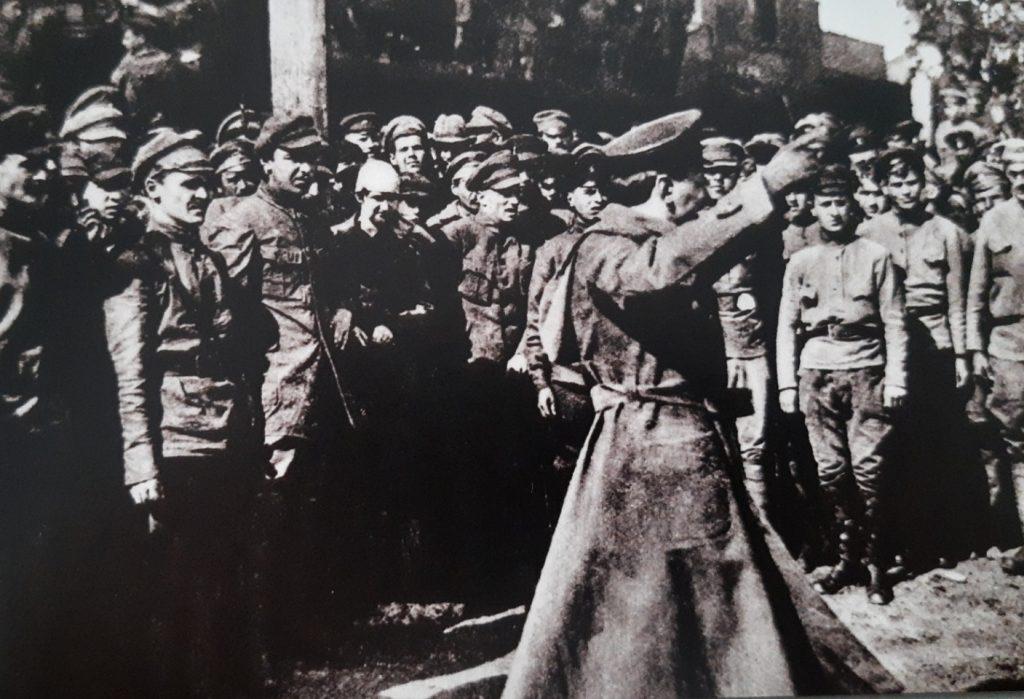 Żołnierze Armii Czerwonej słuchają przemówienia politruka. Lato 1920 (domena publiczna).