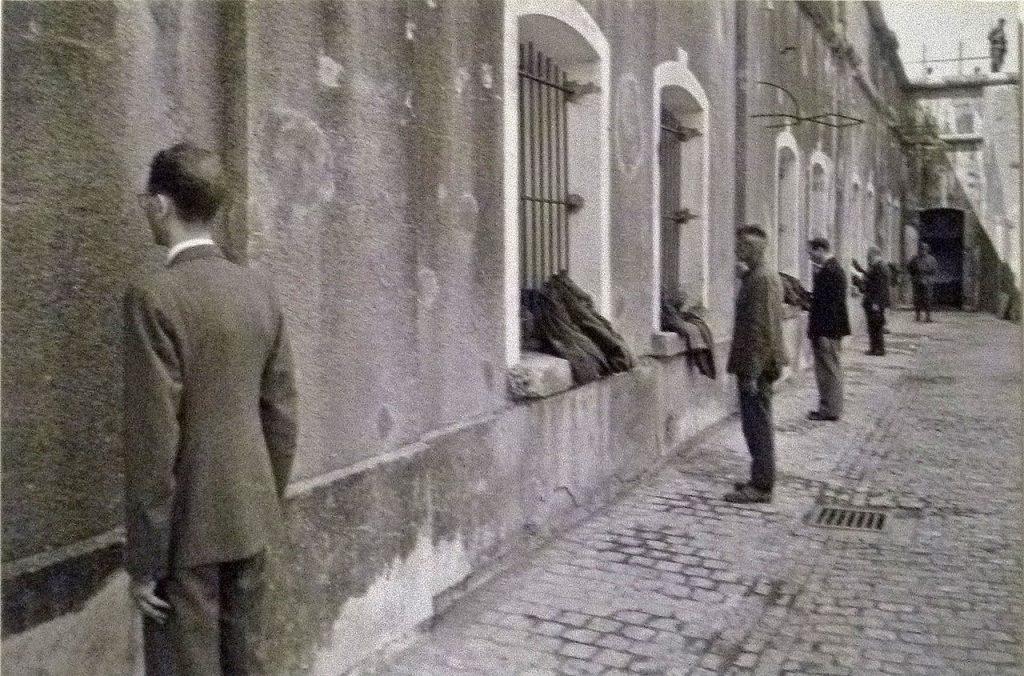 Nowo przybyli więźniowie do Breendonk. Zdjęcie z lipca 1941 roku (domena publiczna).