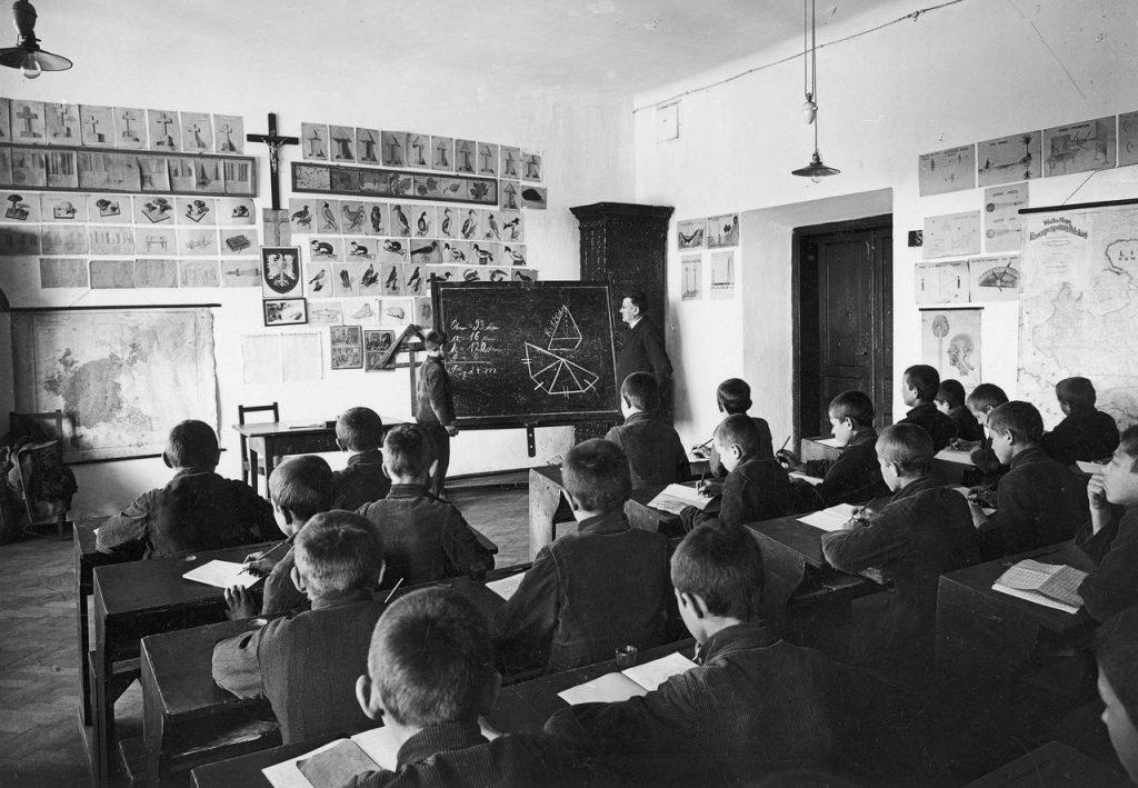 Pod koniec lat 20. aż 96% dzieci było objętych obowiązkiem szkolnym (domena publiczna).