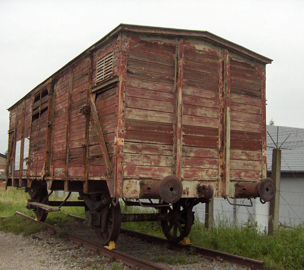 Od kwietnia 1943 roku właśnie takimi bydlęcymi wagonami transportowano belgijskich Żydów do Auschwitz (domena publiczna).