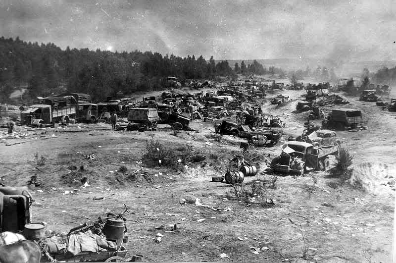 """Operacja """"Bagration"""" była miażdżącym ciosem dla Wehrmachtu. Na zdjęciu zniszczony i porzucony sprzęt niemieckiej 9. Armii (domena publiczna)."""
