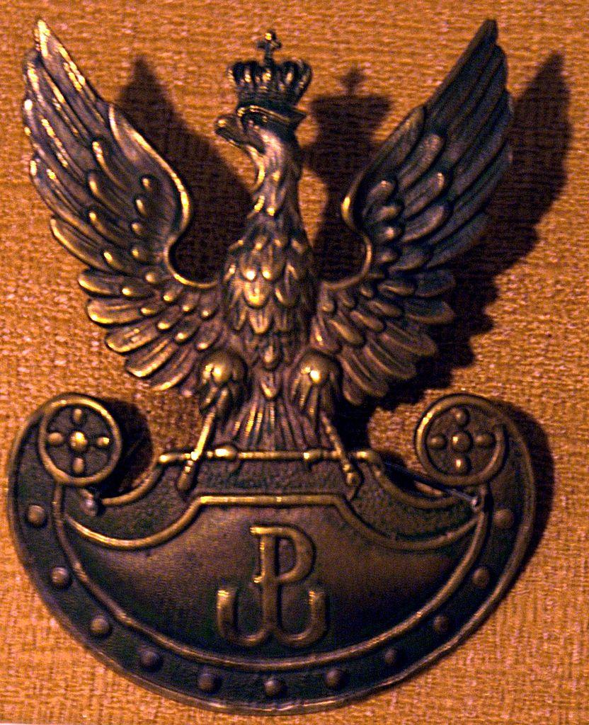 Studnicki twierdził, że kierownictwo Armii Krajowej było proukraińskie. Na zdjęciu orzełek AK (Topory/CC BY-SA 4.0).