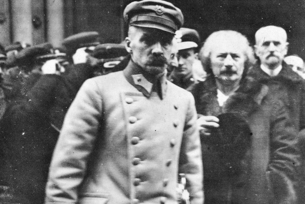 Już w lutym 1919 roku Józef Piłsudski wprowadził na terenie całej polski powszechny obowiązek szkolny do 14 roku życia (domena publiczna).