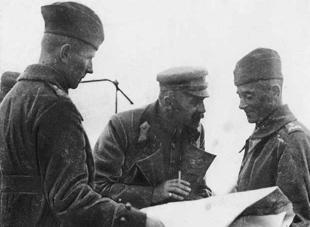 Marszałek Józef Piłsudski oraz generał Edward Śmigły-Rydz (po prawej) w trakcie narady podczas bitwy nad Niemnem (domena publiczna).