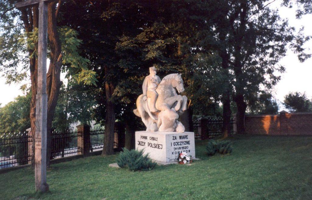 Pomnik upamiętniający bitwę pod Komarowem (Aung/domena publiczna).