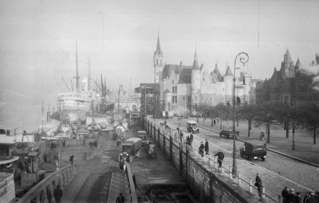 Port w Antwerpii ma zdjęciu z okresu międzywojennego (domena publiczna).
