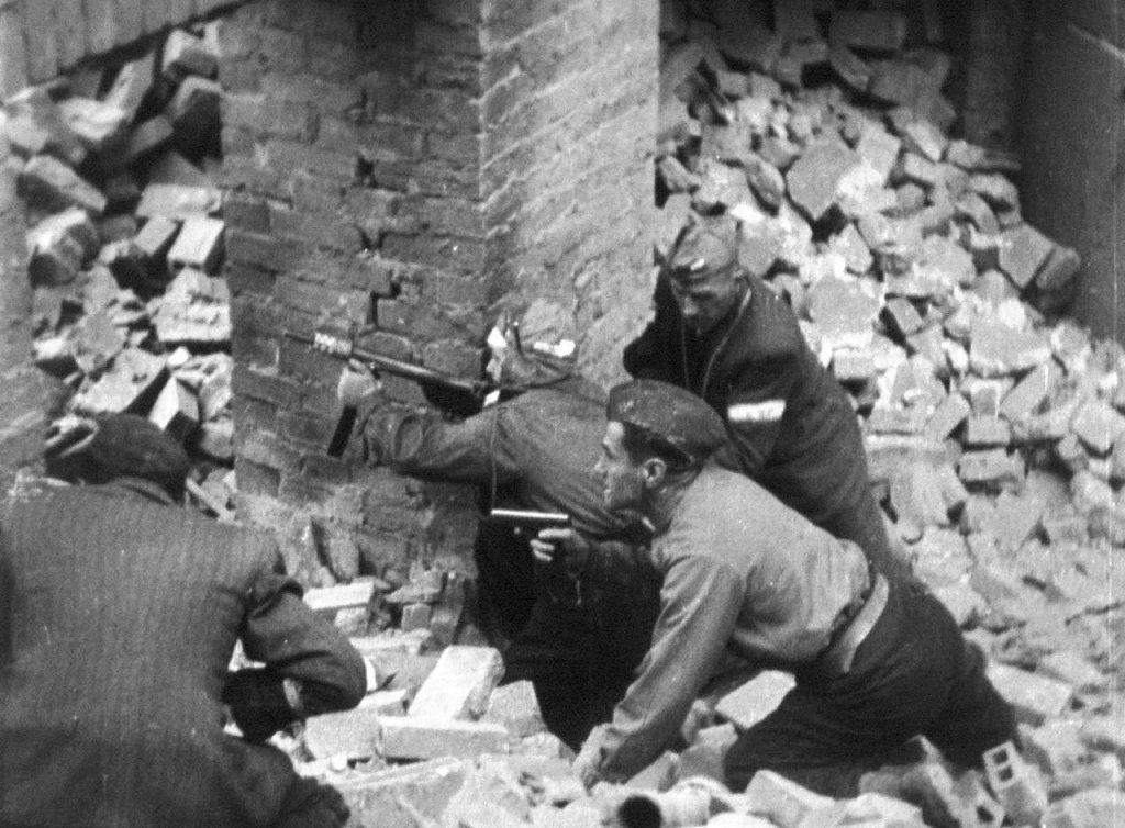 Warszawiacy za wszelką cenę chcieli zemścić się z bronią w ręku na Niemcach (domena publiczna).