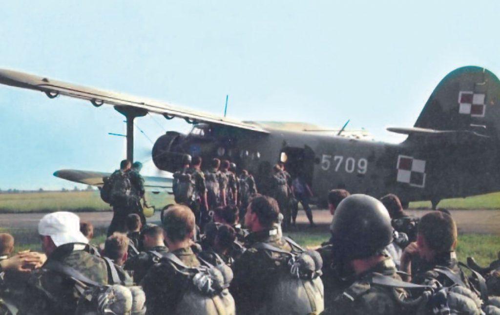 Przed oddaniem pierwszego skoku spadochronowego.  Zdjęcie z książki Operator 594 (materiały prasowe).