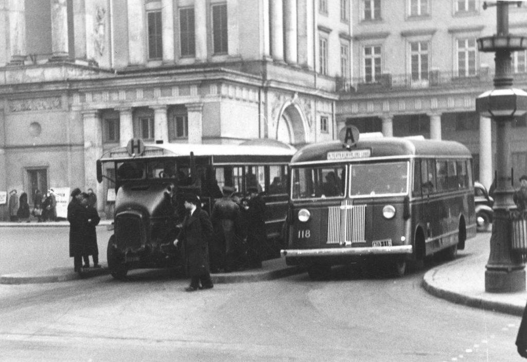 Właśnie takimi autobusami podróżowali warszawiacy tuż przed II wojną światową (domena publiczna).