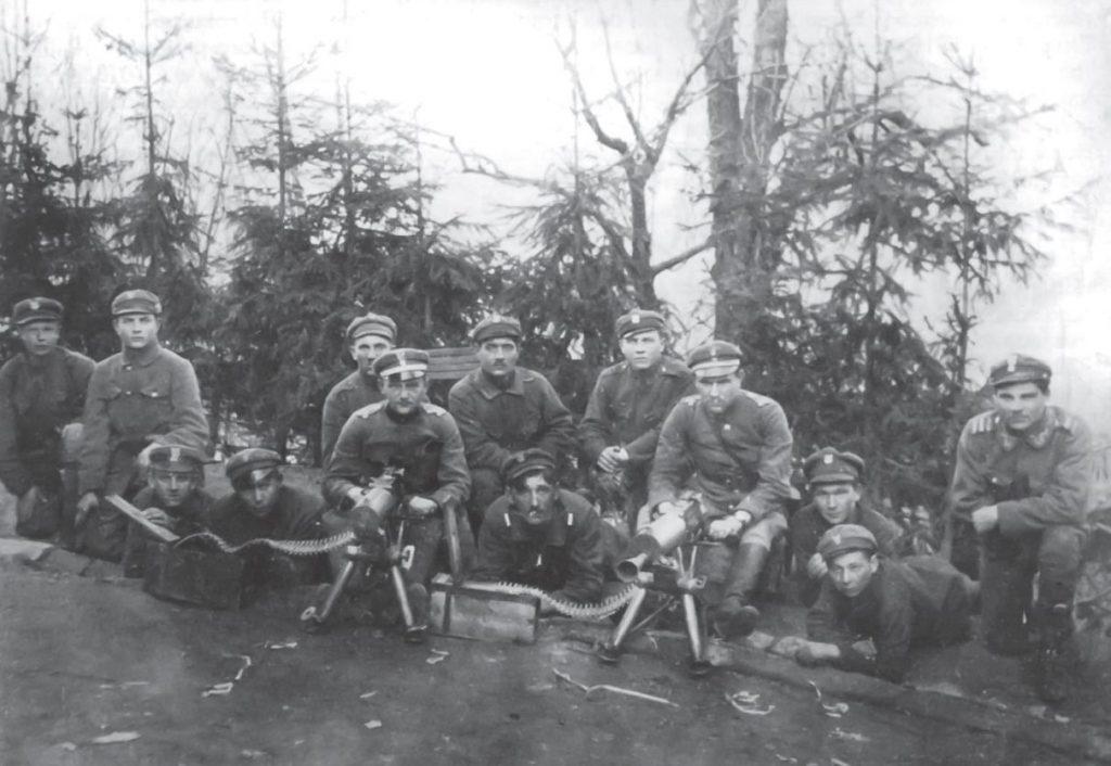 Zbiorowe zdjęcie załóg ciężkich karabinów maszynowych w czasie walk o Nasielsk. Fotografia oraz podpis pochodzą z książki Nasielsk 1920 (Bellona 2020).