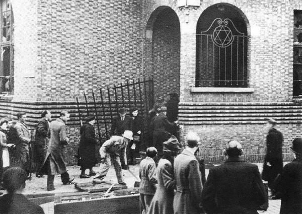 Zniszczona synagoda podczas antyżydowskich rozruchów w Antwerpii z kwietnia 1941 roku (domena publiczna).