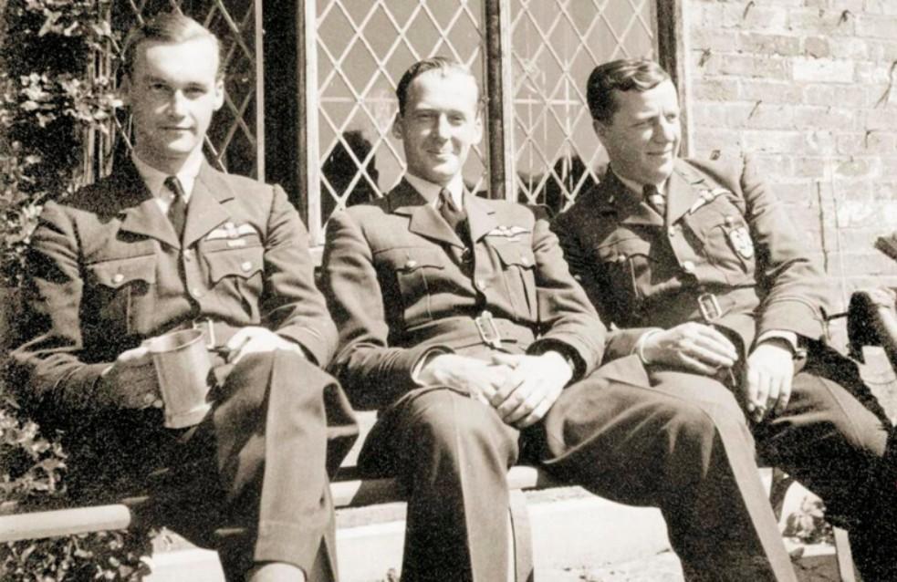 Antoni Ostowicz (pierwszy od prawej) był pierwszym Polakiem, który w trakcie bitwy o Anglię zestrzelił wroga.