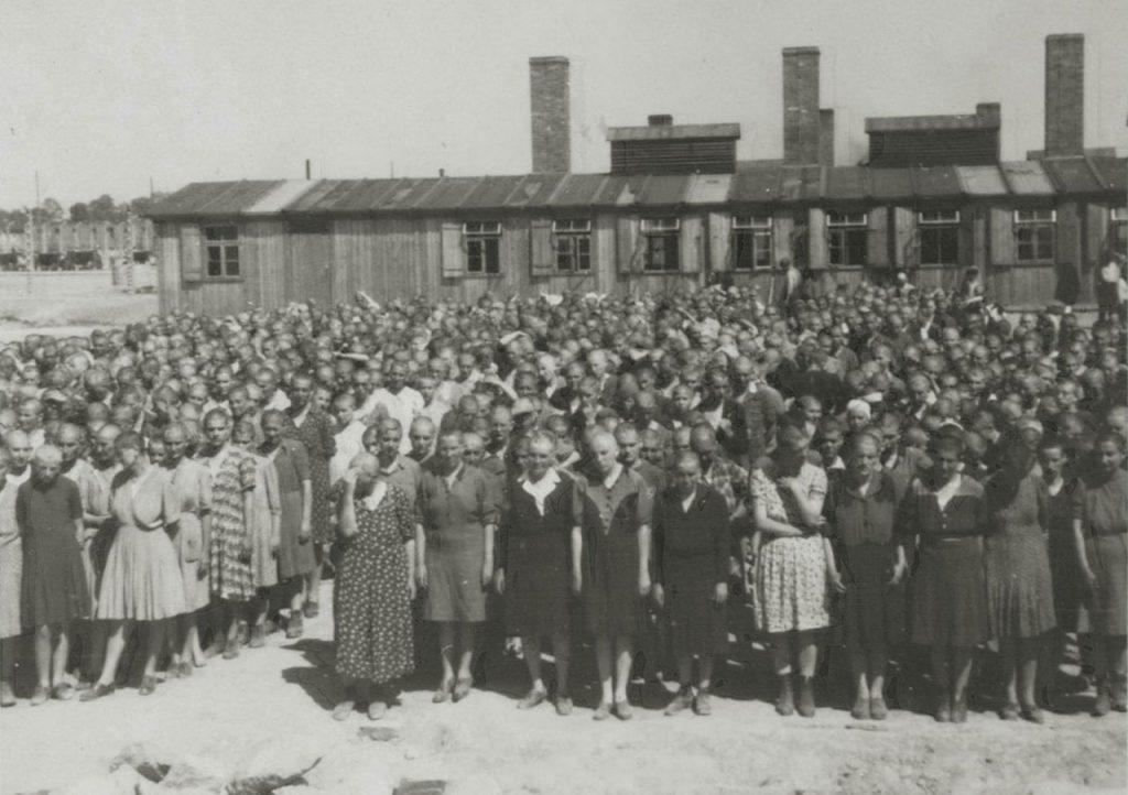 Więźniarki Auschwitz-Birkenau podczas apelu. Zdjęcie z maja lub czerwca 1944 roku (domena publiczna).