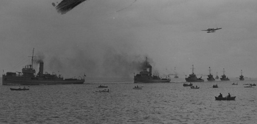 Defilada okrętów Marynarki Wojennej w Gdyni. Zdjęcie z końca lat 30. XX wieku (domena publiczna).