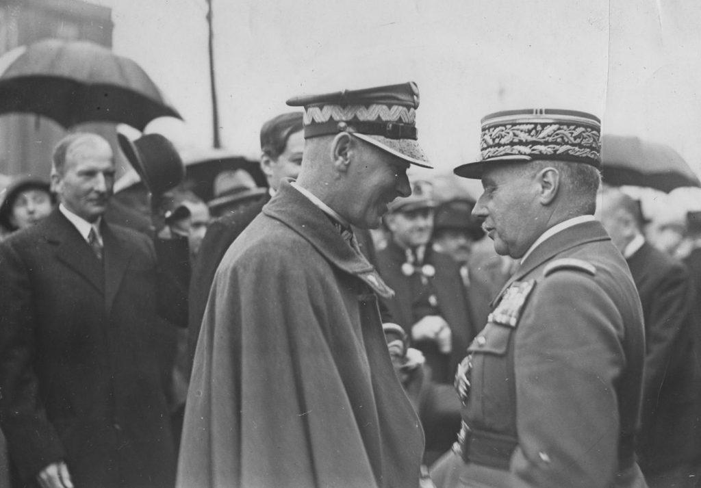 Edward Śmigły-Rydz wita generała Maurice'a Gamelina w czasie jego wizyty w Warszawie. Sierpień 1936 (domena publiczna).