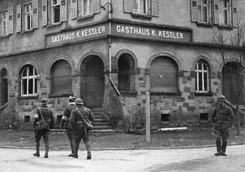Francuscy żołnierze w zajętym przez nich we wrześniu 1939 roku Lauterbach (domena publiczna).