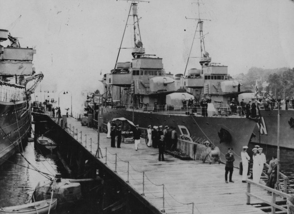 """Kontrtorpedowce ORP """"Burza"""" i ORP """"Wicher"""" podczas wizyty w Niemczech. Zdjęcie z 1935 roku (domena publiczna)."""