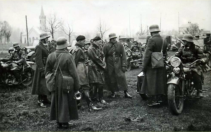 Pułkownik Maczek wśród swoich żołnierzy na zdjęciu z 1938 roku (domena publiczna).