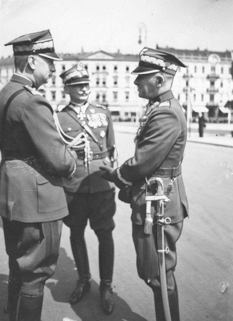 Marszałek Edward Rydz-Śmigły (z prawej) podczas rozmowy z generałem Kazimierzem Sosnkowskim. Zdjęcie z sierpnia 1939 roku (domena publiczna).