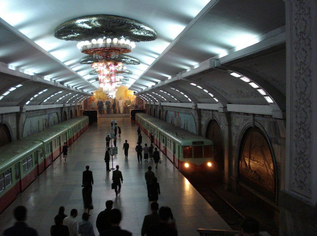 Mężczyźni w Korei Półocnej mają średnio 166 centymetrów wzrostu. Ich sąsiedzi z południa są 5 centymetrów wyżsi. Na zdjęcie jedna ze stacji metra w Pjongjangu (Kristoferb/CC BY-SA 3.0).