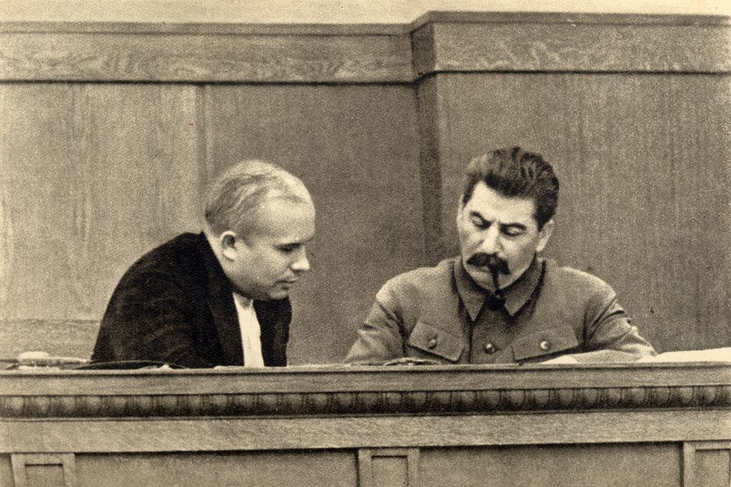 Nikita Chruszczow i Józef Stalin na zdjęciu wykonanym w 1936 roku (domena publiczna).