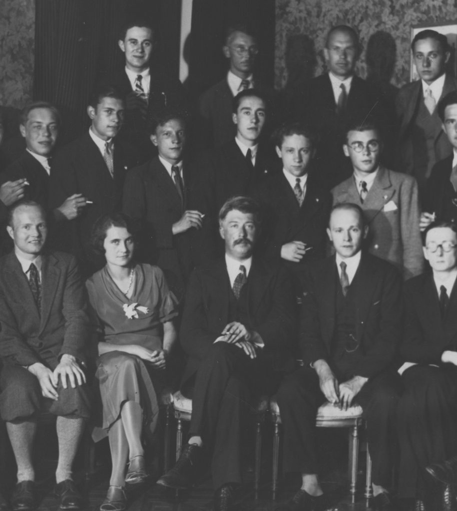Roman Bataglia (w pierwszym rzędzie drugi od prawej) wraz z innymi pracownikami polskiego konsulatu w Glasgow. Zdjęcie z książki Generał  i diuk (materiały prasowe).