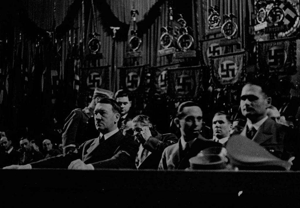 Rudolf Hess (pierwszy od parwej) w czasie uroczystości ósmej rocznicy przejęcia władzy przez Hitlera (domena publiczna).