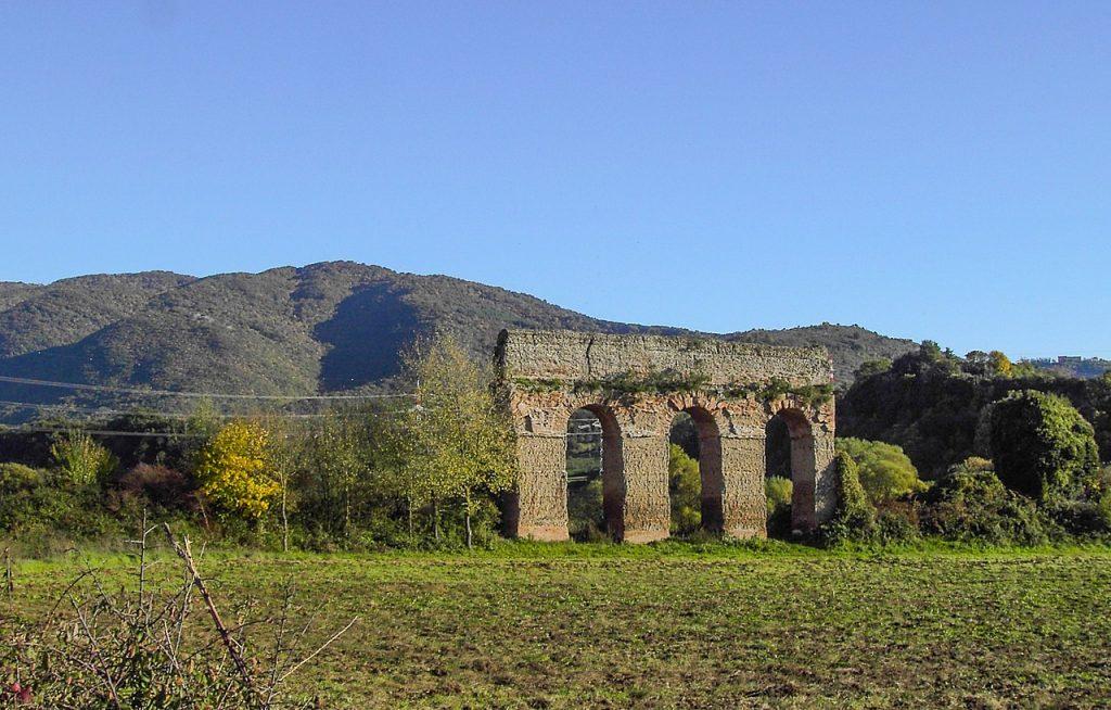Ruiny Aqua Marcia, jednego z akweduktów dostarczających wodę do Rzymu (Lalupa/domena publiczna).
